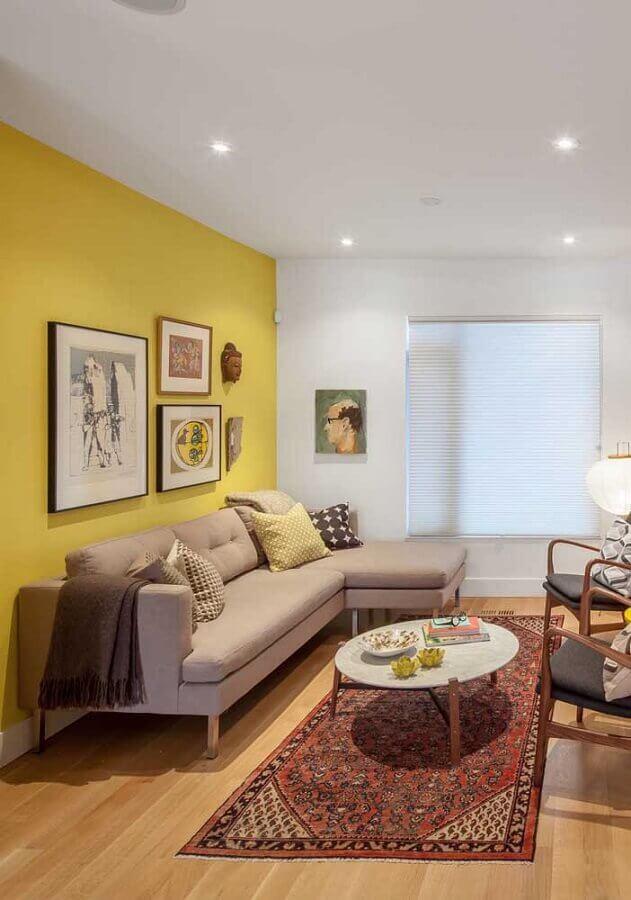 decoração em cores neutras para sala com parede amarela Foto Histórias de Casa