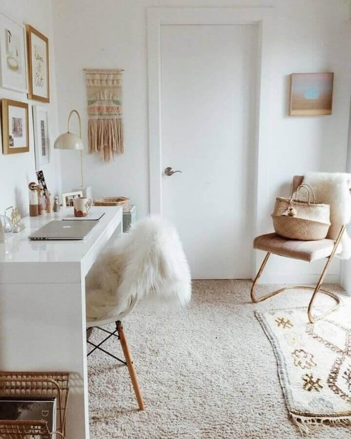 decoração em tons neutros para cantinho de estudo com escrivaninha branca Foto Letícia Granero Interiores