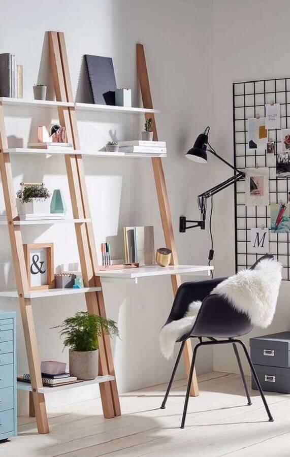 decoração minimalista com escrivaninha com estante Foto ArchZine
