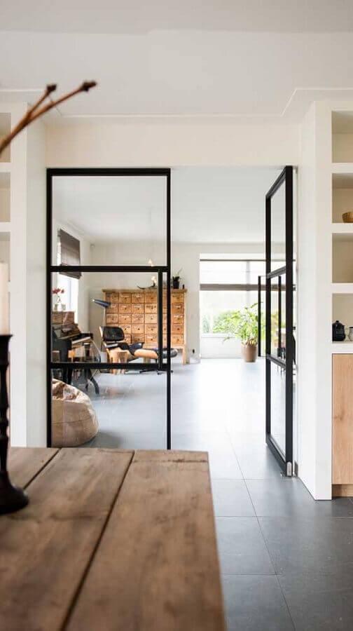decoração minimalista com porta francesa de vidro Foto Archello