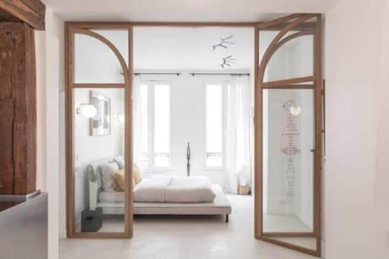 decoração minimalista para quarto com porta francesa de madeira Foto Architectural Digest