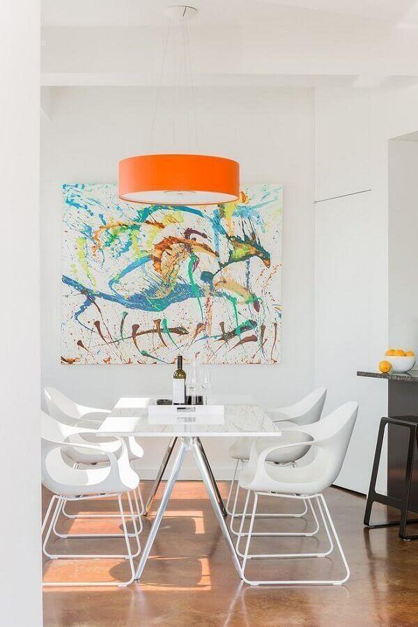 decoração minimalista pra sala de jantar toda branca com quadros abstratos coloridos Foto Paquette Associates