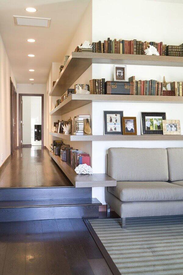 decoração moderna com prateleira de canto para sala que se estende ao corredor Foto AchZine