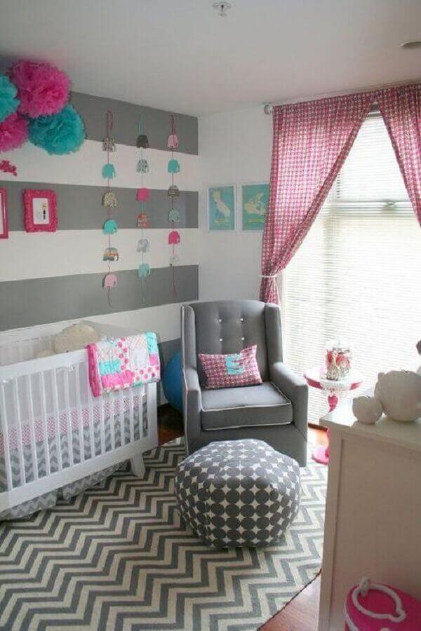 decoração moderna de quarto de bebê cinza e rosa com mix de estampas Foto ArchZine