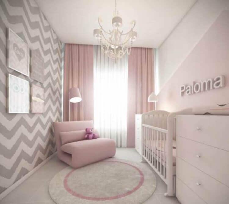 decoração moderna de quarto de bebê rosa e cinza com papel de parede chevron Foto Solo Infantil