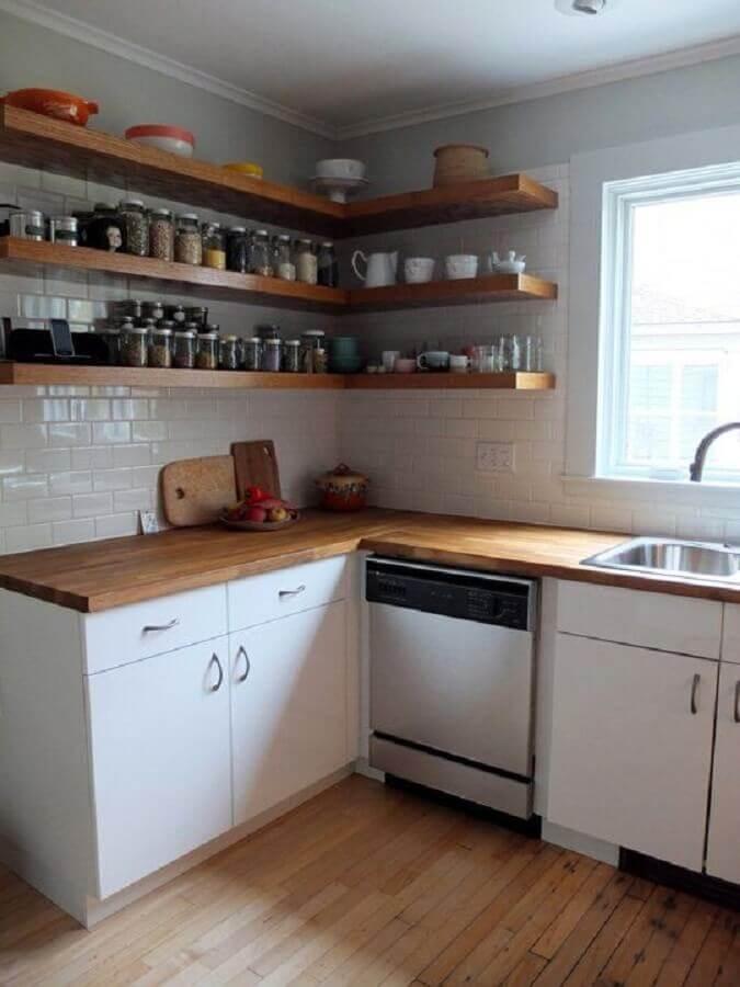decoração para cozinha simples com prateleira de canto de madeira Foto Apartment Therapy