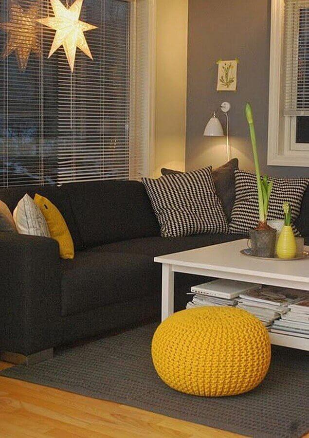 decoração para sala amarela e preta com puff de crochê Foto Trend4Homy
