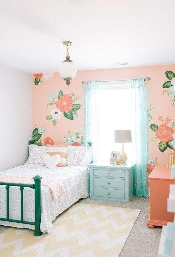 decoração retrô com papel de parede para quarto de menina com cama verde e criado mudo verde água Foto Design Loves Details