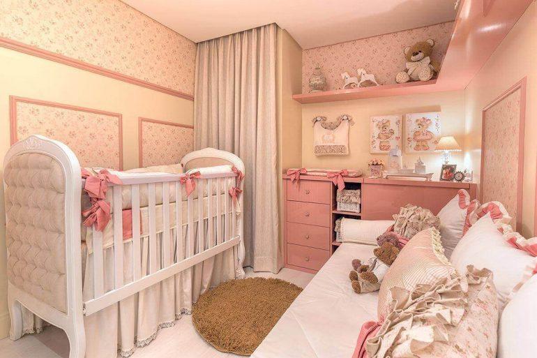 decoração romântica para quarto de bebê rosa e bege com papel de parede floral Foto Elizza Valente