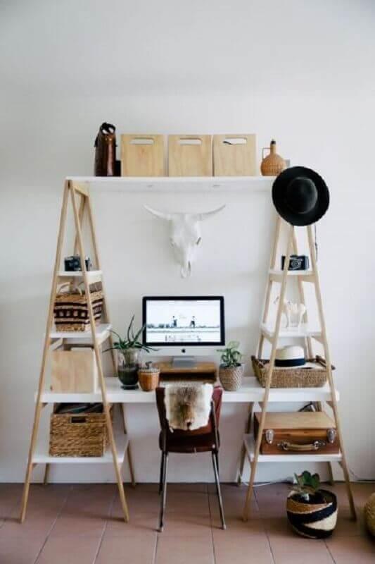 decoração simples com escrivaninha com estante em formato de escada Foto ArchZine
