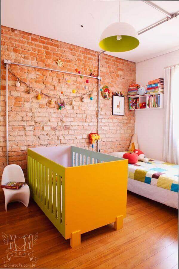 Lustre para quarto de bebê colorido com parede de tijolinho