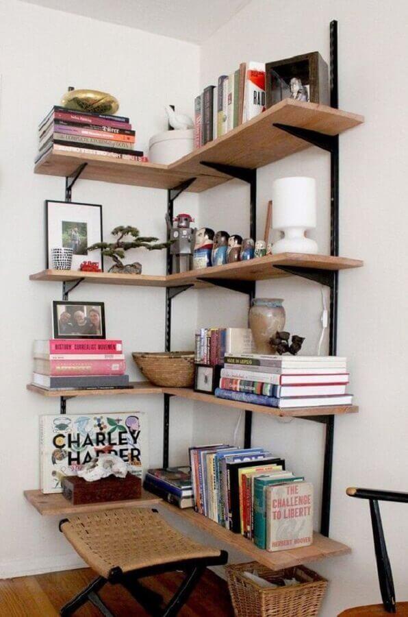 decoração simples com prateleira de canto de ferro e madeira Foto Apartment Therapy