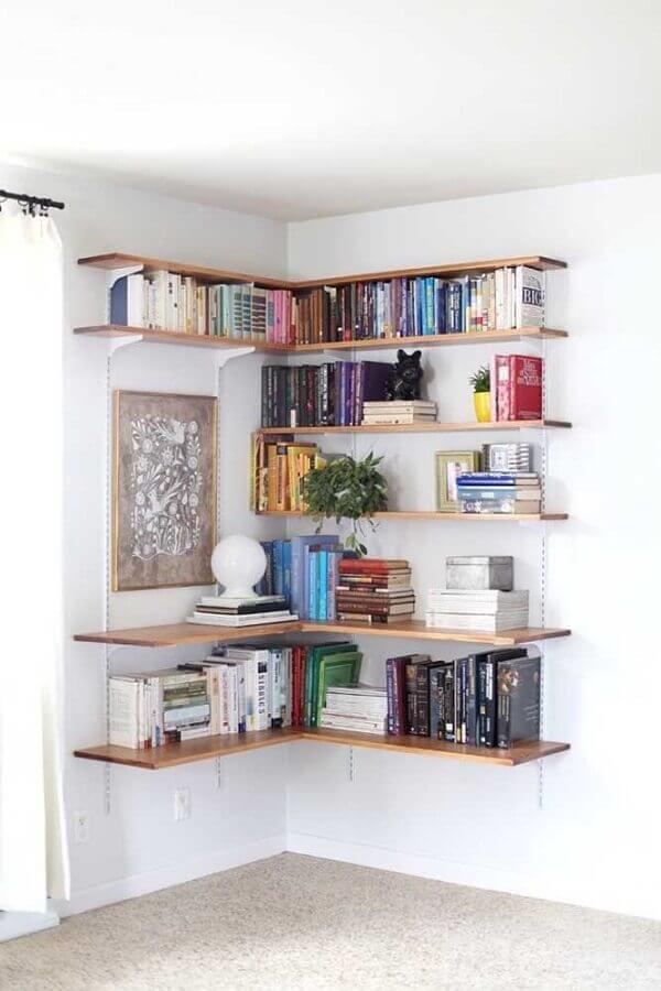 decoração simples com prateleira de canto de madeira Foto Apartment Therapy