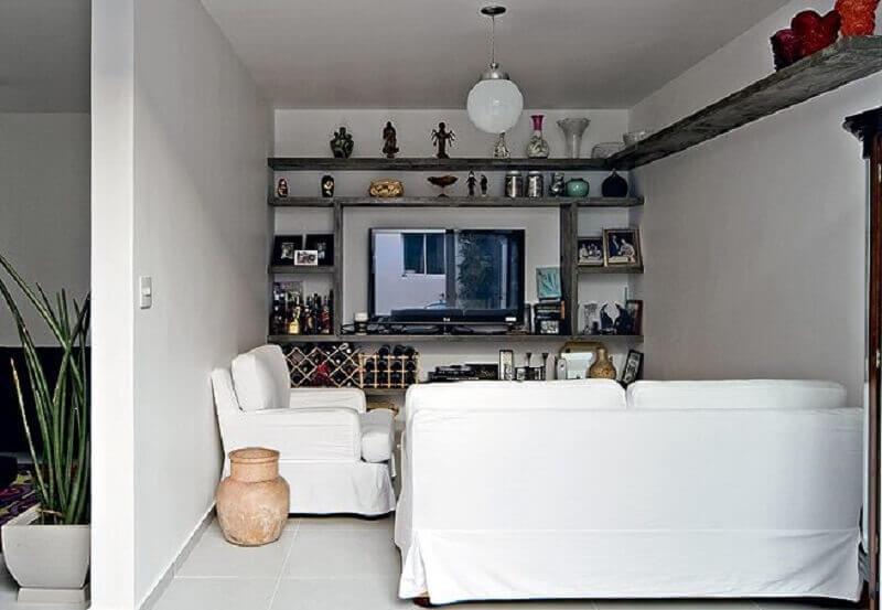 decoração simples com prateleira de canto para sala pequena Foto Kika Junqueira