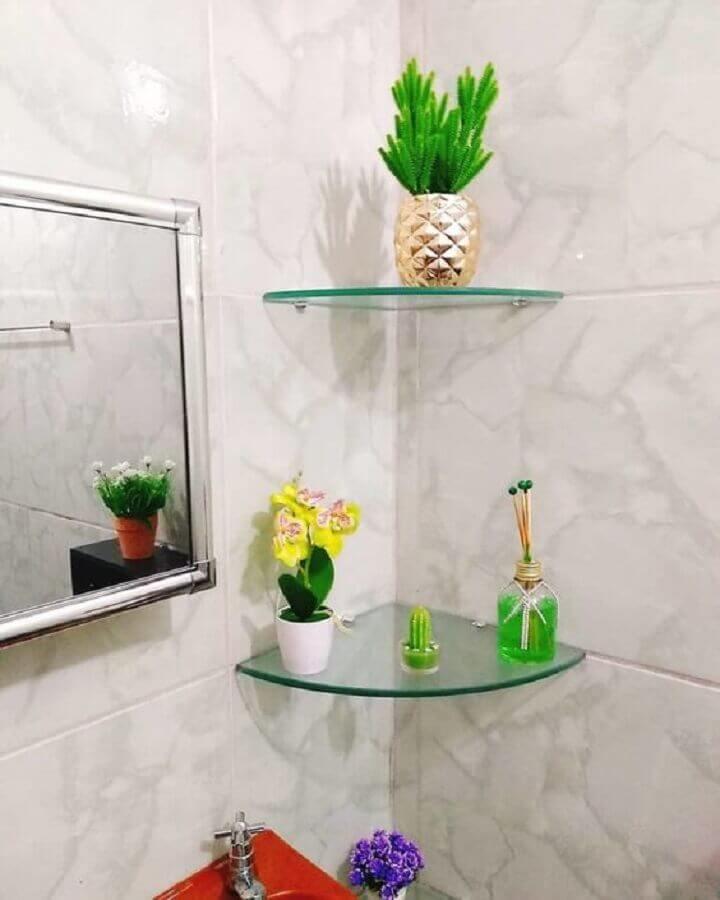 decoração simples com prateleira de vidro de canto com acabamento arredondado Foto Pinterest