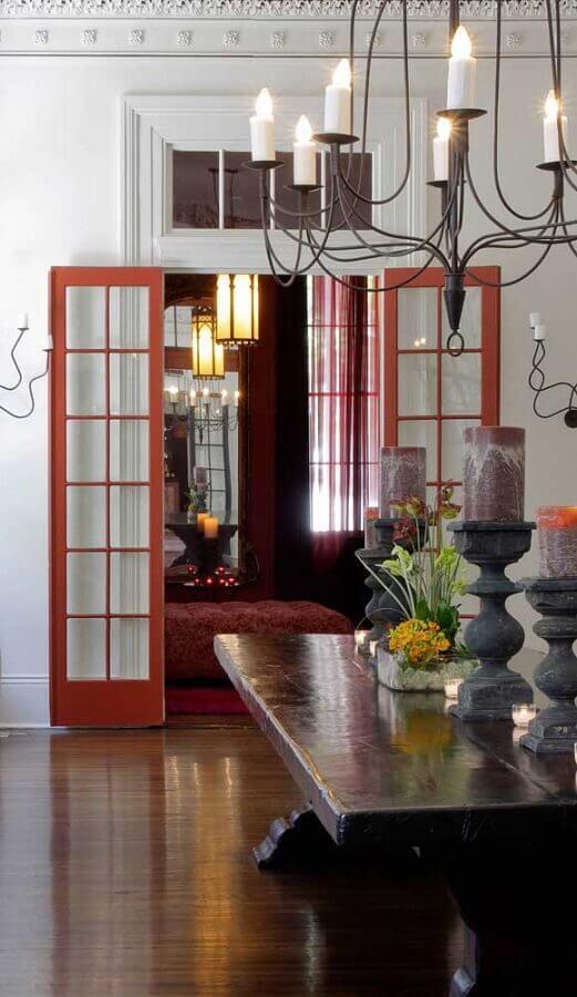 decoração simples de casa com porta francesa pintada de vermelha Foto Pinterest