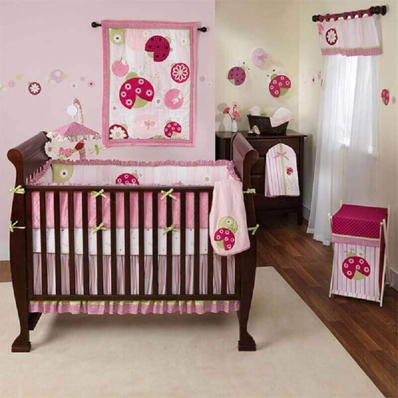decoração simples para quarto de bebê rosa com berço de madeira Foto Pinterest