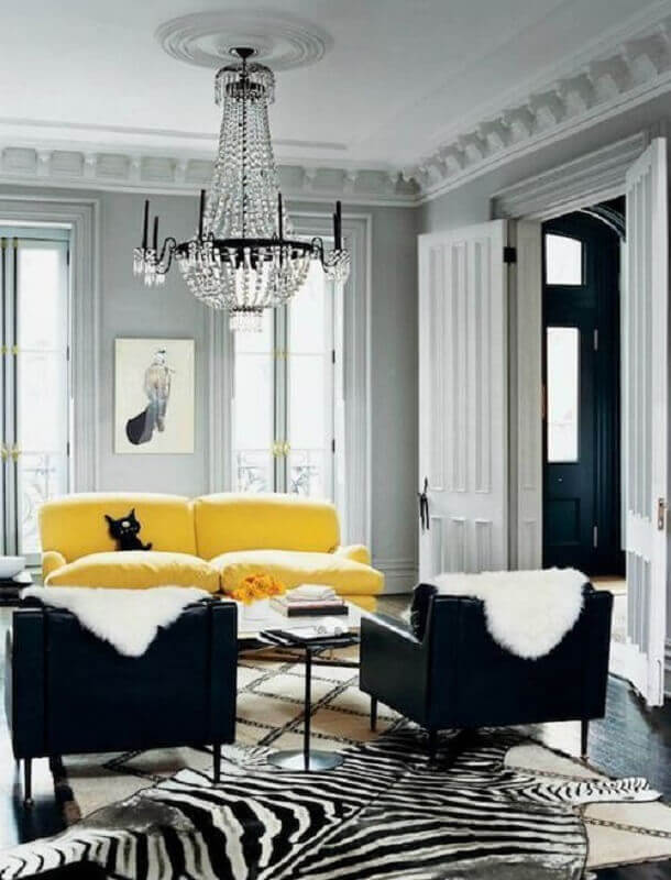 decoração sofisticada com lustre de cristal para sala cinza e amarela Foto Encadreé Posters