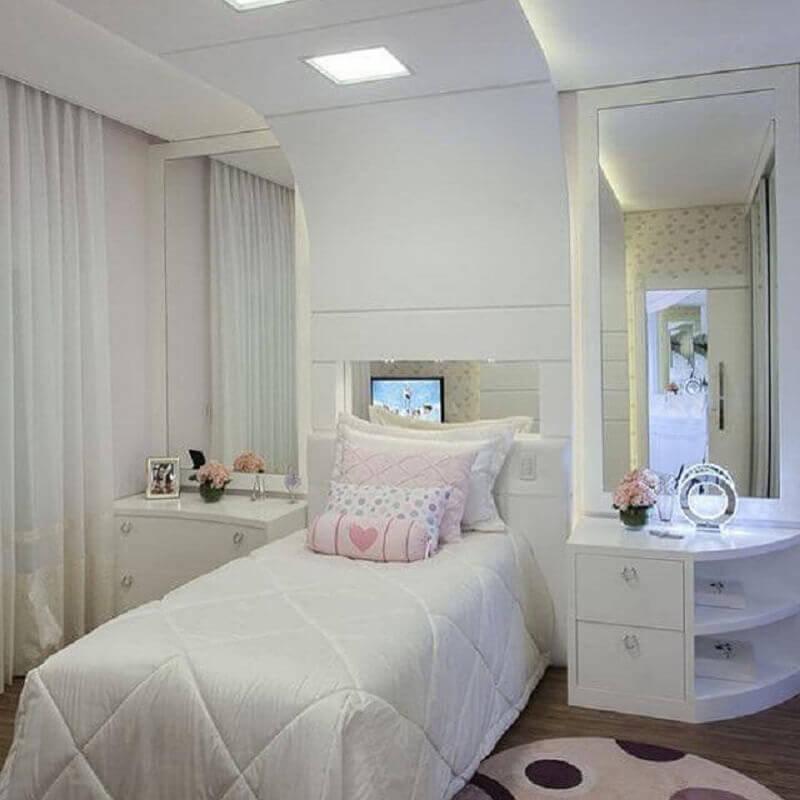 decoração de quarto de menina planejado todo branco Foto Iara Kilaris