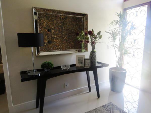 Aparador preto para sala moderna com espelho acima