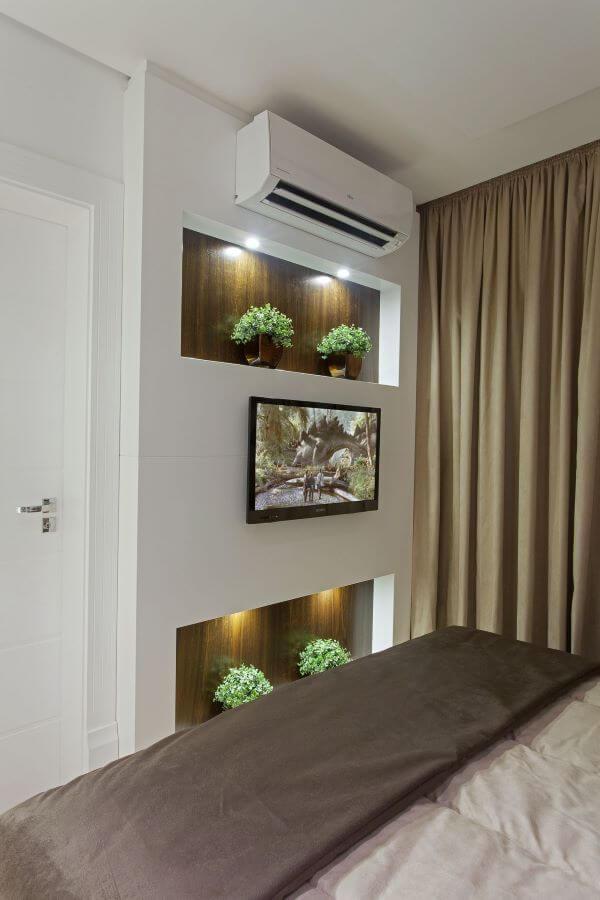 Quarto de casal com painel para tv e nichos decorativos