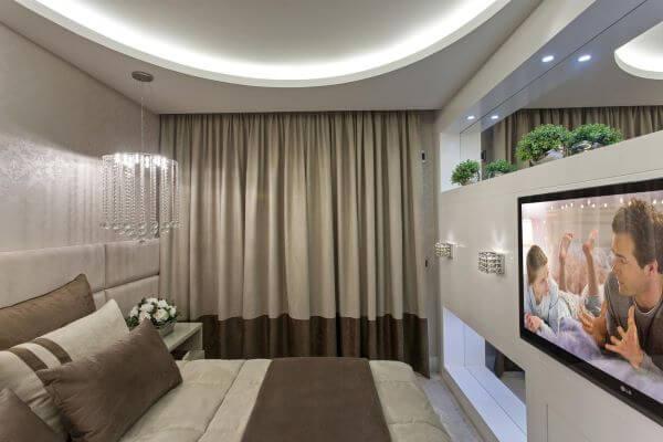 Quarto de casal com painel para tv branco e moderno