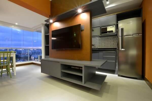 Painel para tv com led usado como divisória de ambientes
