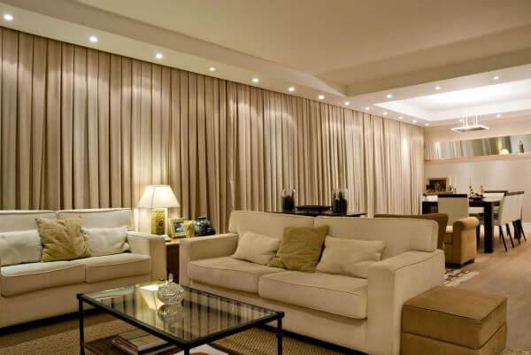 Decoração sala de estar com sofá bege e clássico