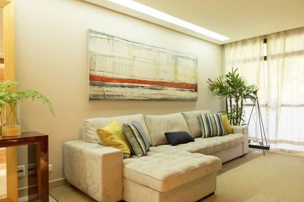 Sala de estar clássica com sofá bege