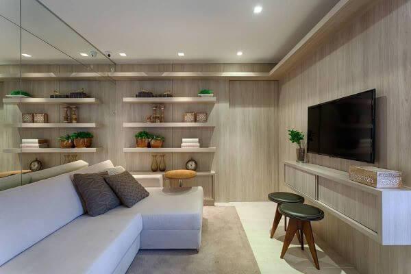 Sala de estar com sofá bege e almofada marrom combinando