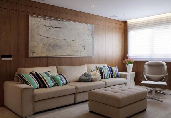 Sala clássica com sofá bege e almofadas listradas