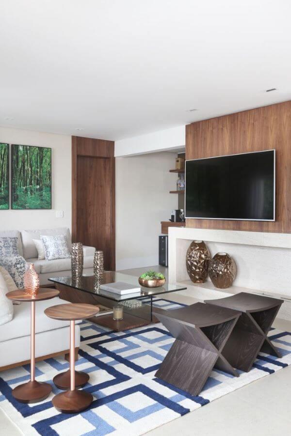 Sala de estar com painel para tv e nicho branco embutido