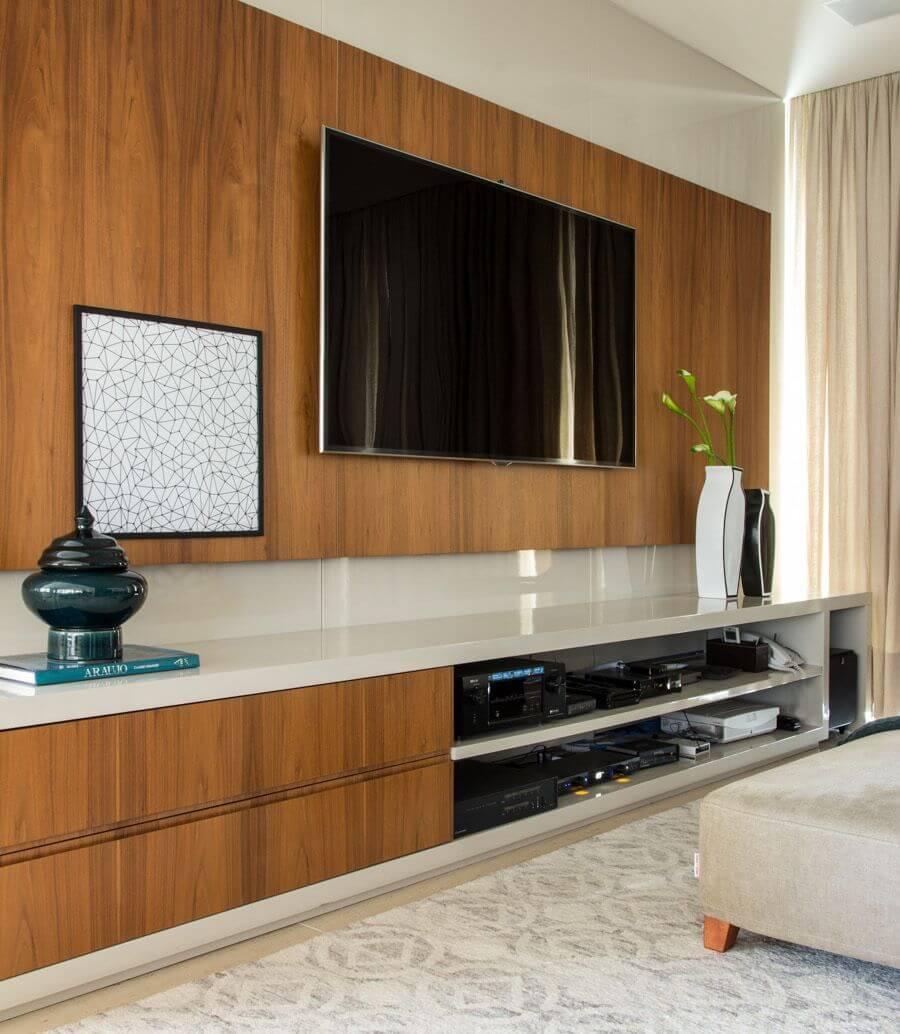 Sala de estar com painel de tv de madeira