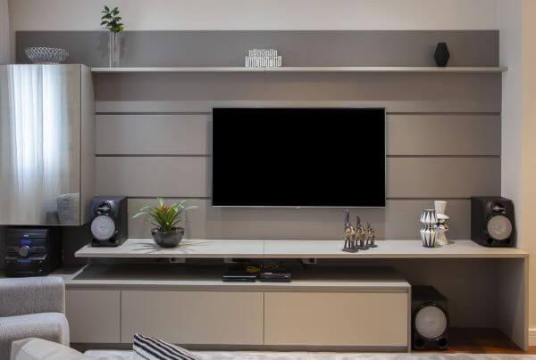 Decoração de sala de estar com painel de tv clean e sofisticado
