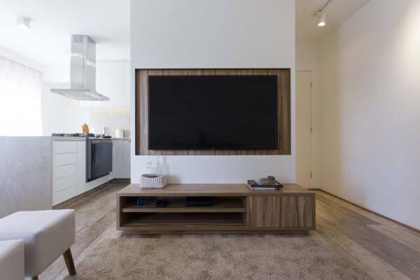 Painel para tv branco com rack de madeira