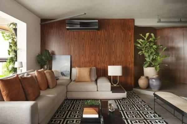 Decoração de sala de estar com sofá bege e tapete geométrico para combinar