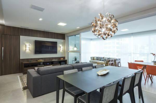 Sala de estar com painel de madeira para tv