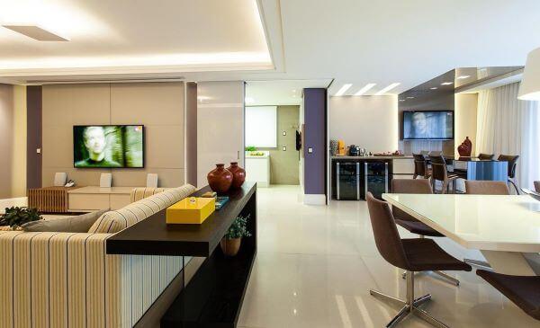 Aparador para sala dividindo os ambientes