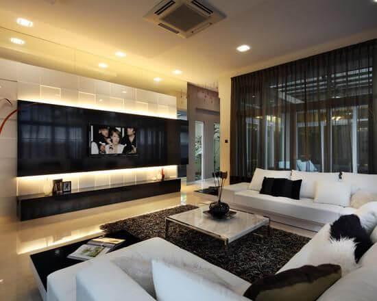 Sala super moderna com painel para tv preto e branco