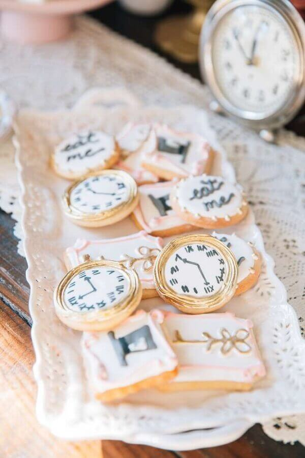 Personalized sweets in the shape of a watch for the fifteenth birthday party Alice in Wonderland Photo The Cake Boutique
