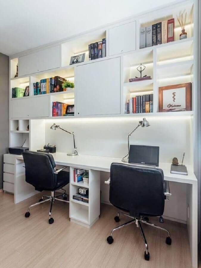 escritório decorado com escrivaninha com estante planejada Foto Freshome