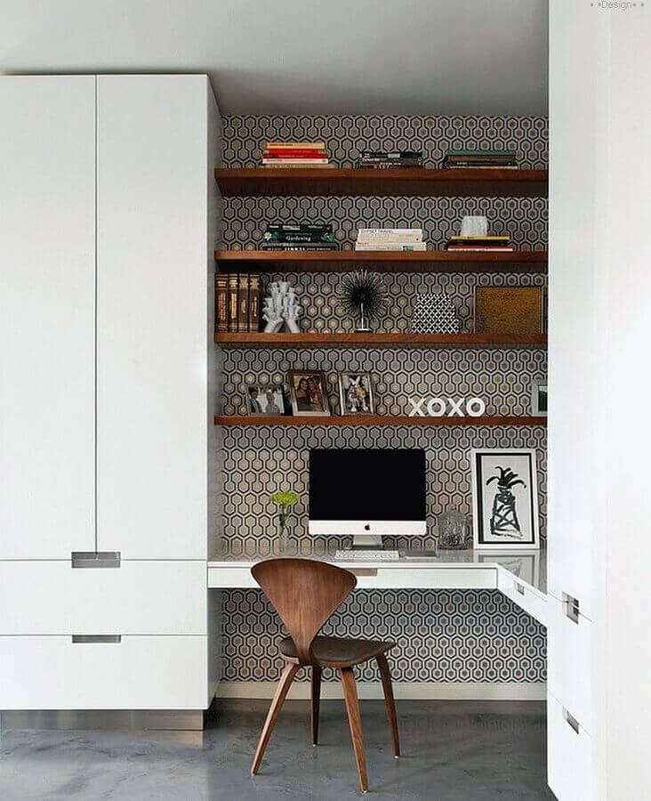 escritório em casa decorado com escrivaninha planejada de canto  Foto Futurist Architecture