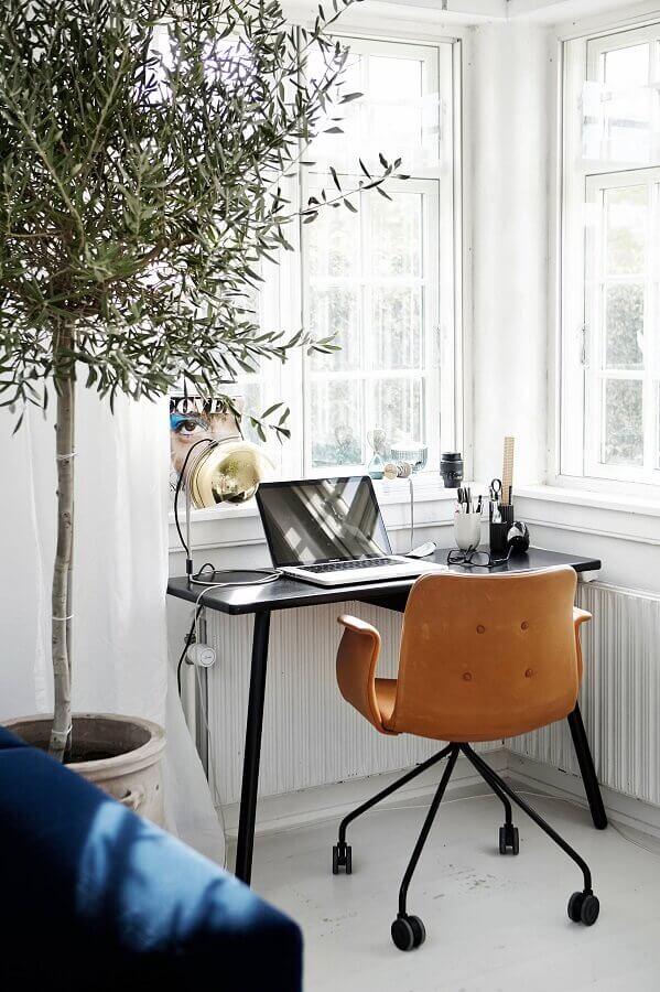 escritório pequeno em casa decorado com escrivaninha preta  Foto Houzz