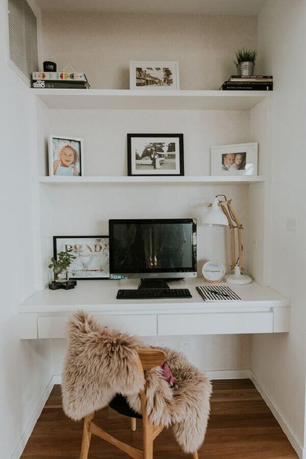 escritório pequeno em casa todo branco decorado com bancada planejada Foto Pinterest