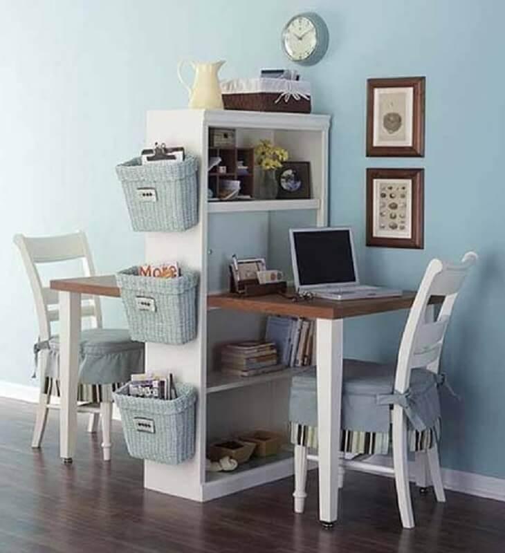 escrivaninha com estante com espaço para duas cadeiras Foto diCasa