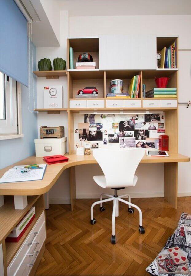 escrivaninha de canto com estante de madeira Foto HGTV