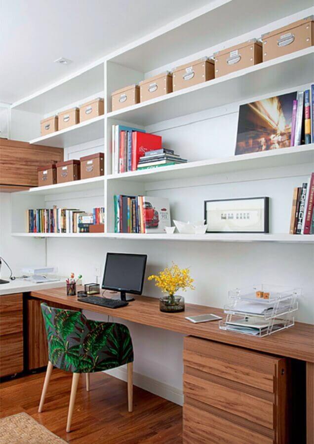 escrivaninha de madeira para decoração de escritório em casa Foto Eu Capricho