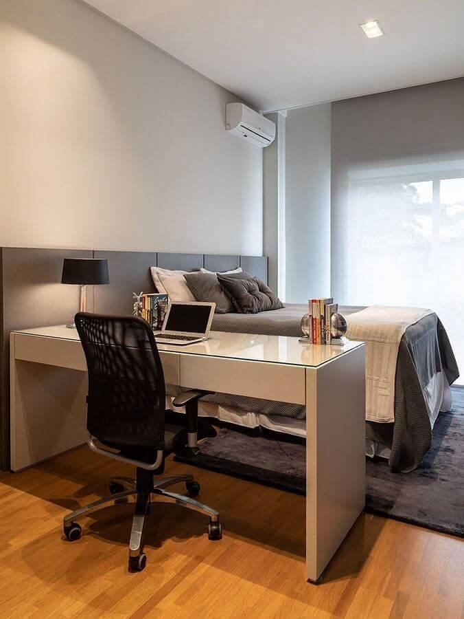 escrivaninha para escritório em casa em quarto de casal cinza e branco  Foto Casa de Valentina