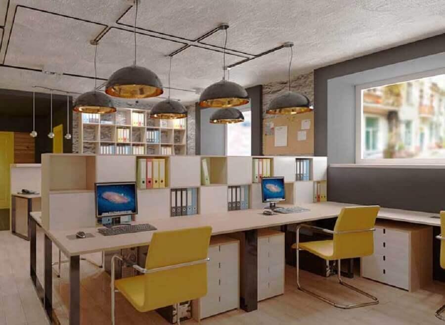 estação de trabalho com mesa de escritório simples com cadeiras amarelas Foto Archilovers