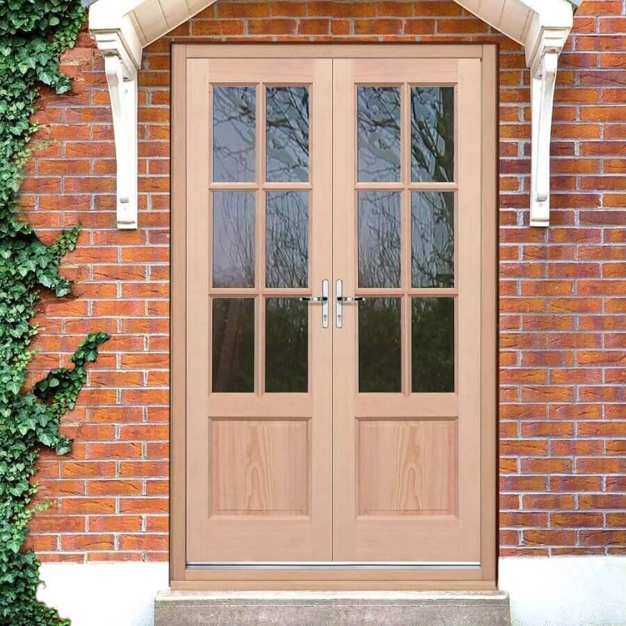 fachada com tijolinho a vista e porta francesa de madeira Foto Carpinteria Rezende